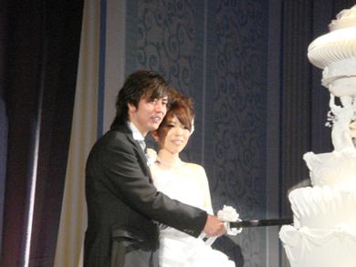 HP田口さん結婚式ケーキ入刀.jpg